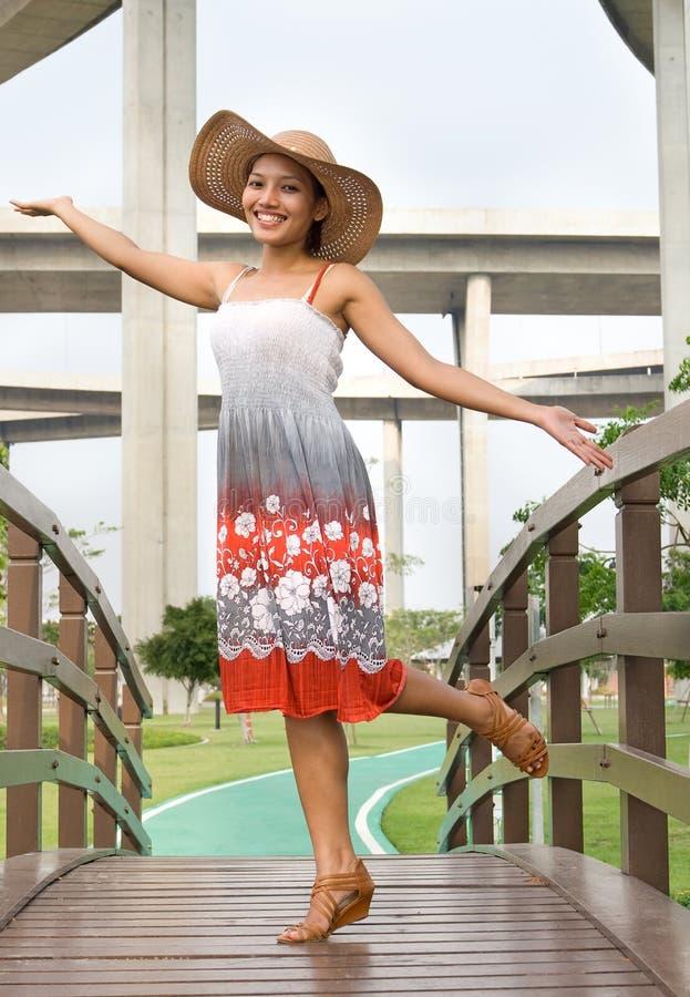 женщина footbridge стоковая фотография