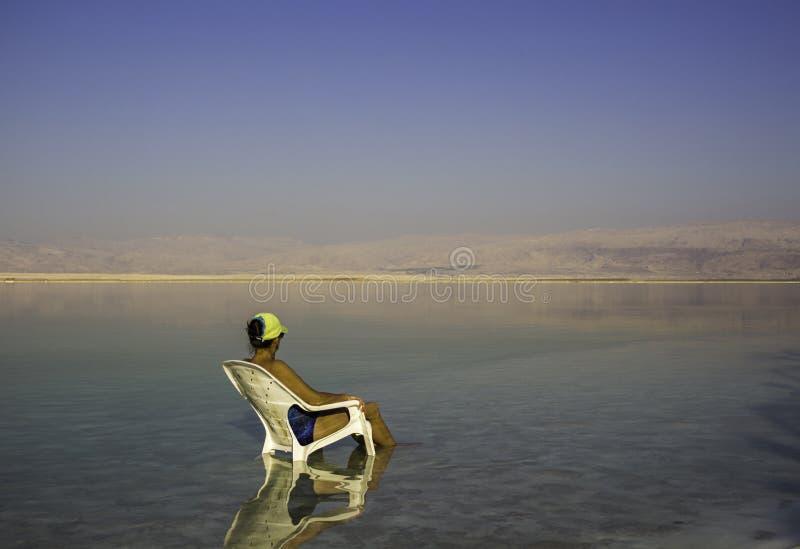 Женщина gazing в расстояние стоковые фото