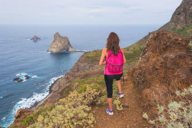 Женщина Hiker ослабленная поверх горы наслаждаясь красивым стоковое изображение rf