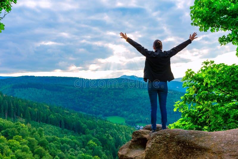 Женщина Hiker стоя при руки вверх достигая верхней части стоковые изображения rf