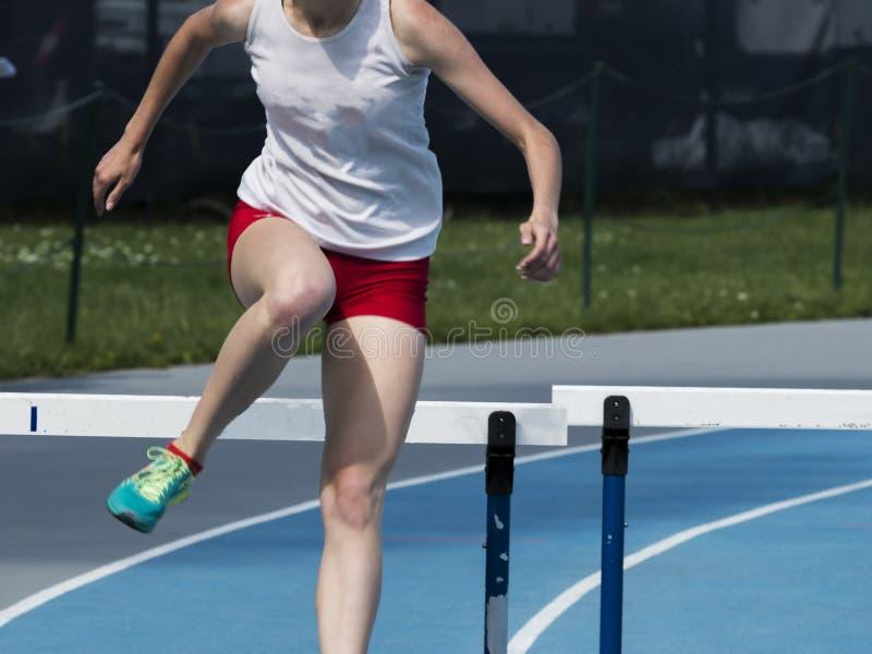 Женщина hurdler в 400 метров стоковое фото