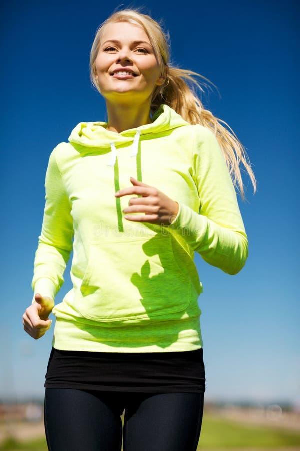 Женщина jogging outdoors стоковая фотография