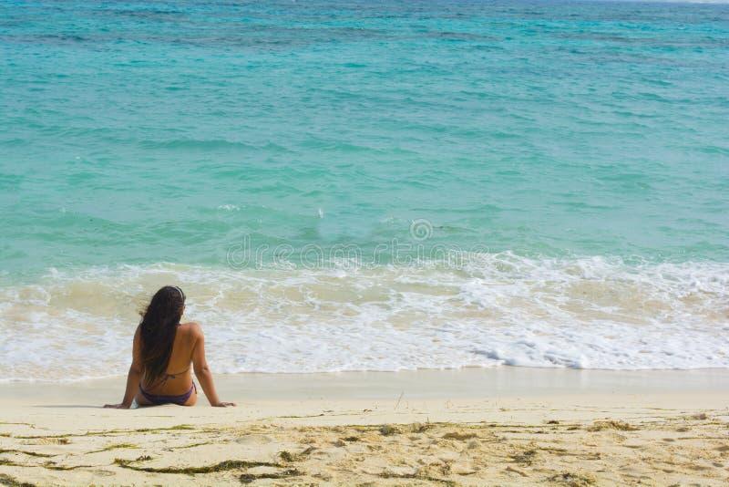 Женщина lounging на тропическом пляже стоковая фотография rf