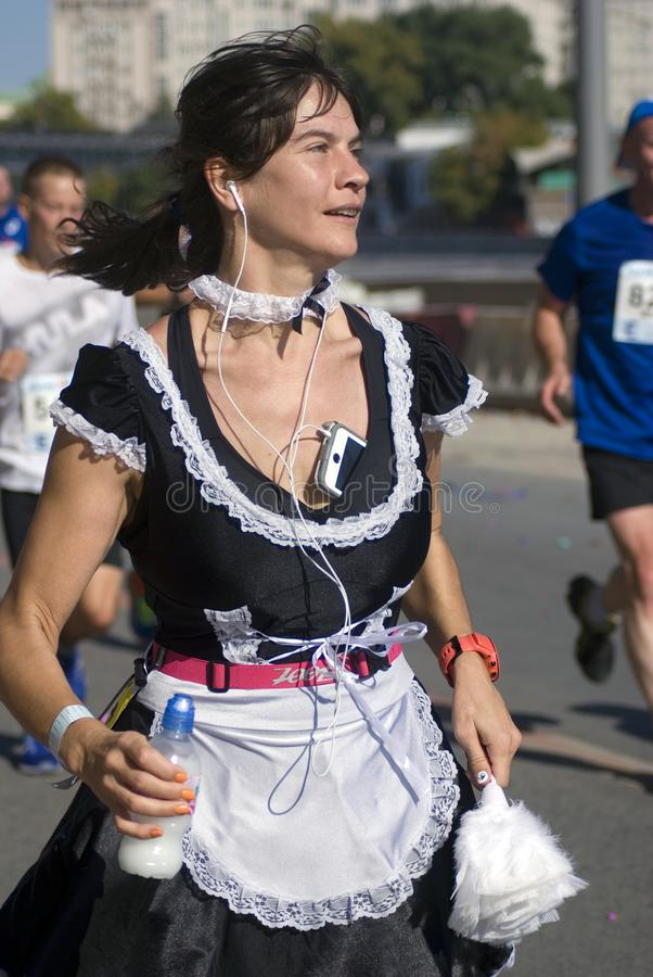 Женщина Marathoner в элегантном платье стоковые фотографии rf