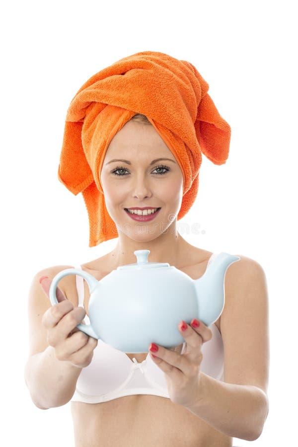 Женщина Oung держа чайник стоковое фото