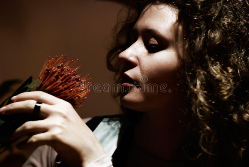 женщина portait цветка ключевая низкая стоковое изображение
