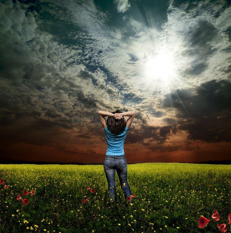 женщина rapeseed поля стоковое изображение