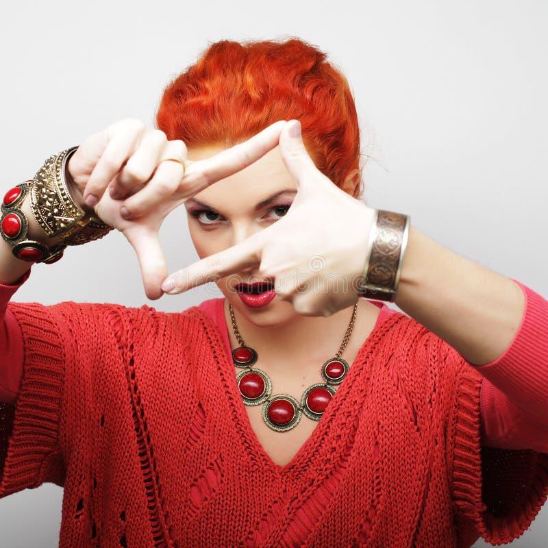 Женщина Redhair делая рамку с руками стоковое фото rf