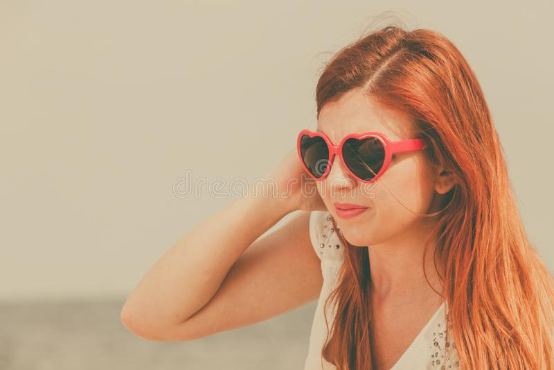 Женщина Redhead взрослая лежа на пляже стоковое фото