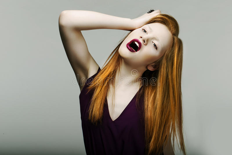 Удар. Невротическая несчастная красная головная женщина вытягивая ее волос в фрустрации. Клекот стоковые фото