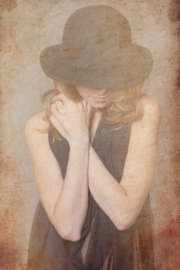 Женщина Redhead в черной шляпе и clother стоковое фото
