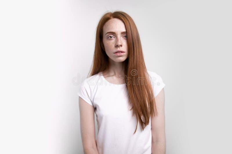 Женщина redhead красивого имбиря молодая европейского возникновения представляя внутри помещения стоковое фото rf