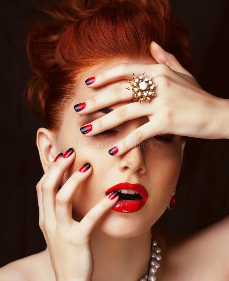 Женщина redhead красоты стильная с ювелирными изделиями стиля причёсок нося стоковая фотография rf