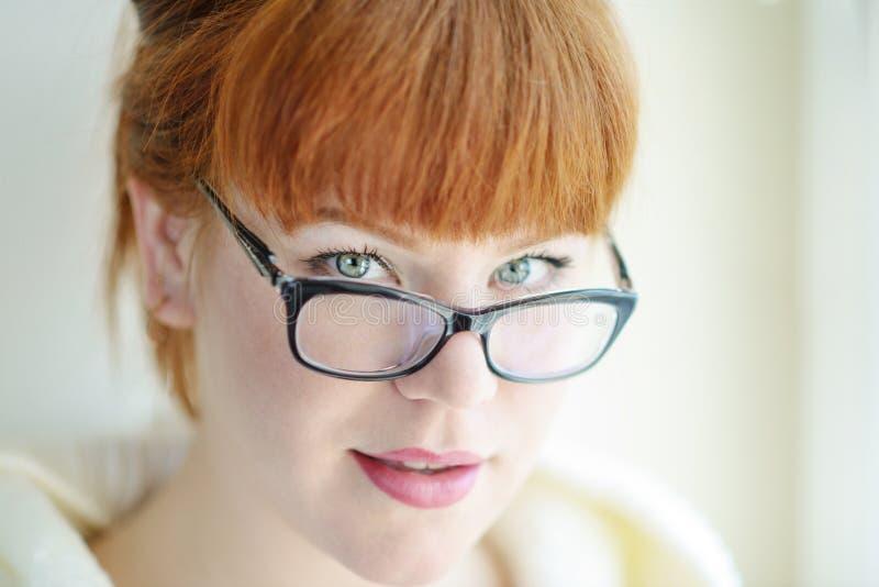 Женщина Redhead со стеклами стоковое изображение rf