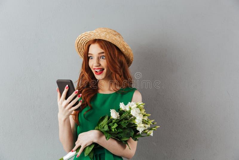 Женщина Redhead удивленная детенышами с беседовать цветков стоковая фотография rf