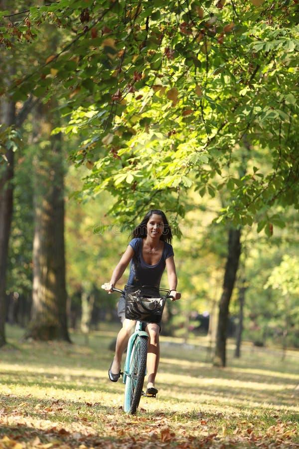 женщина riding велосипеда стоковые фотографии rf