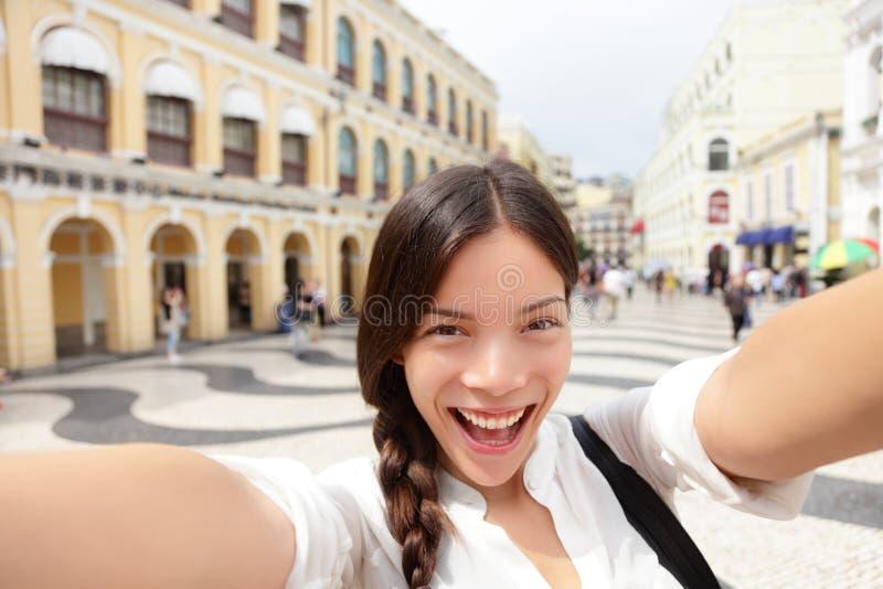Женщина Selfie принимая автопортрет потехи в Макао стоковое изображение rf