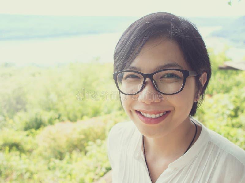 Женщина Sian усмехаясь на верхней части горы стоковое фото