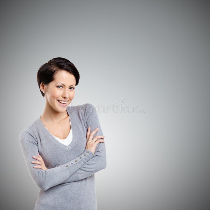 Женщина Smiley с пересеченными рукоятками стоковые изображения rf