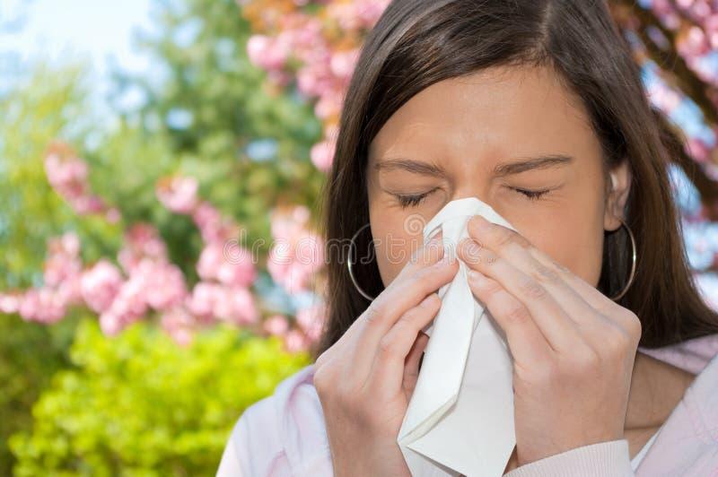 женщина sneeze цветения стоковое фото rf