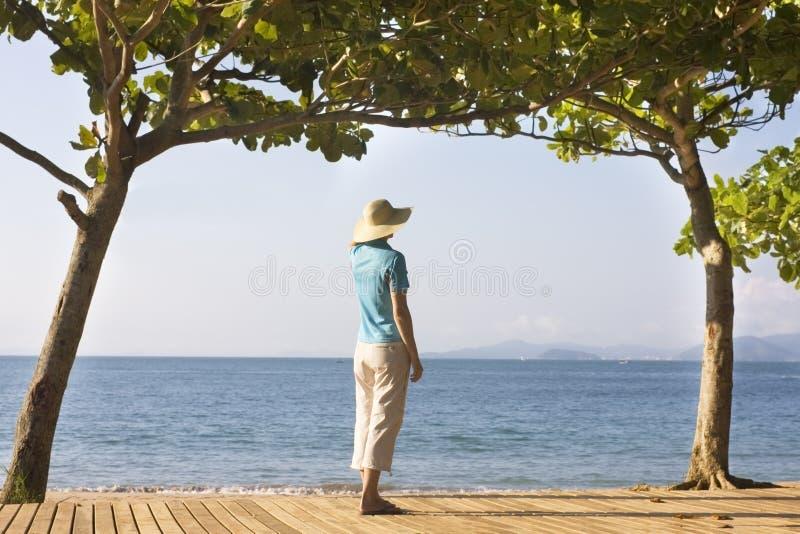 женщина strawhat моря стоковое фото