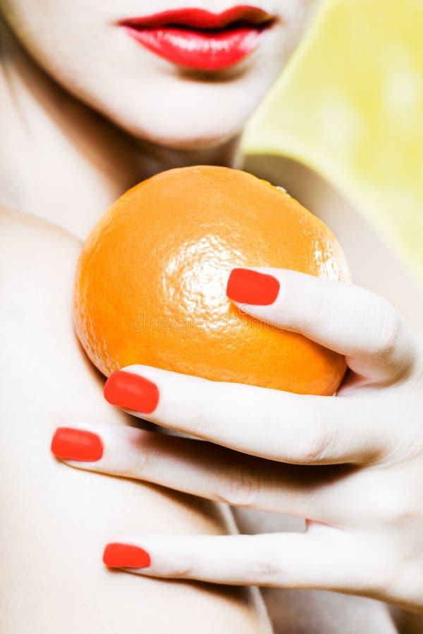 женщина tangerine портрета померанца мандарина удерживания стоковое изображение rf