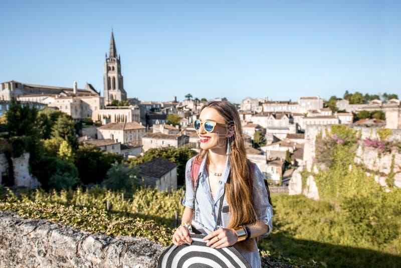 Женщина tarveling в деревне Emilion Святого, Франции стоковые изображения