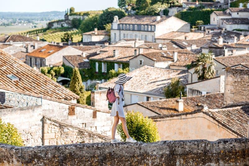 Женщина tarveling в деревне Emilion Святого, Франции стоковая фотография rf