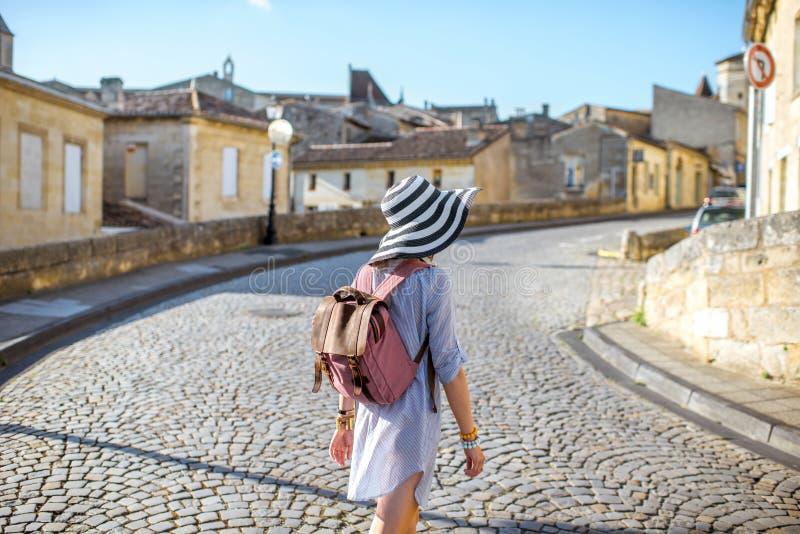 Женщина tarveling в деревне Emilion Святого, Франции стоковые изображения rf