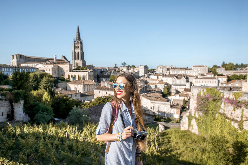 Женщина tarveling в деревне Emilion Святого, Франции стоковое фото
