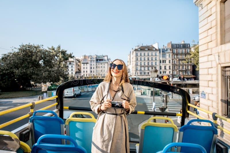 Женщина tarveling в Париже стоковое фото rf
