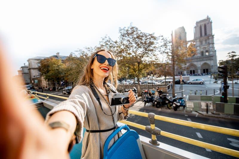 Женщина tarveling в Париже стоковое изображение rf