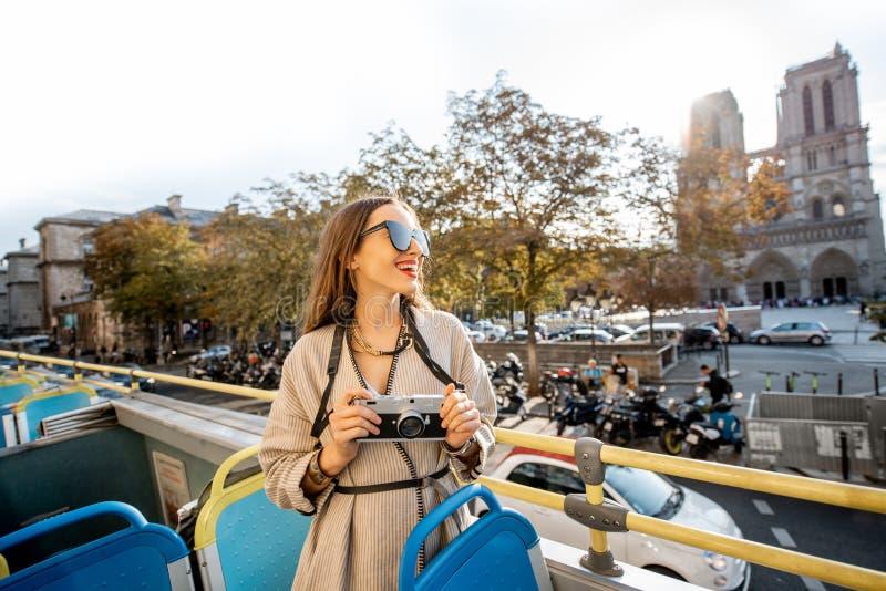 Женщина tarveling в Париже стоковое изображение