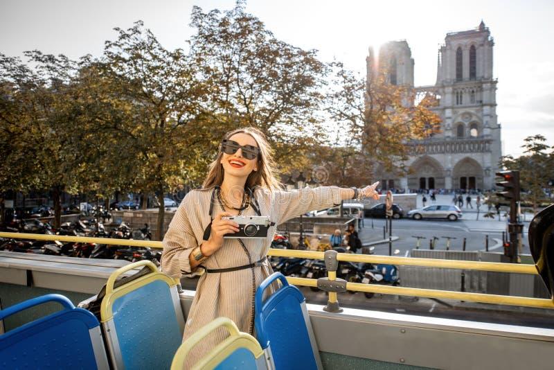 Женщина tarveling в Париже стоковая фотография rf