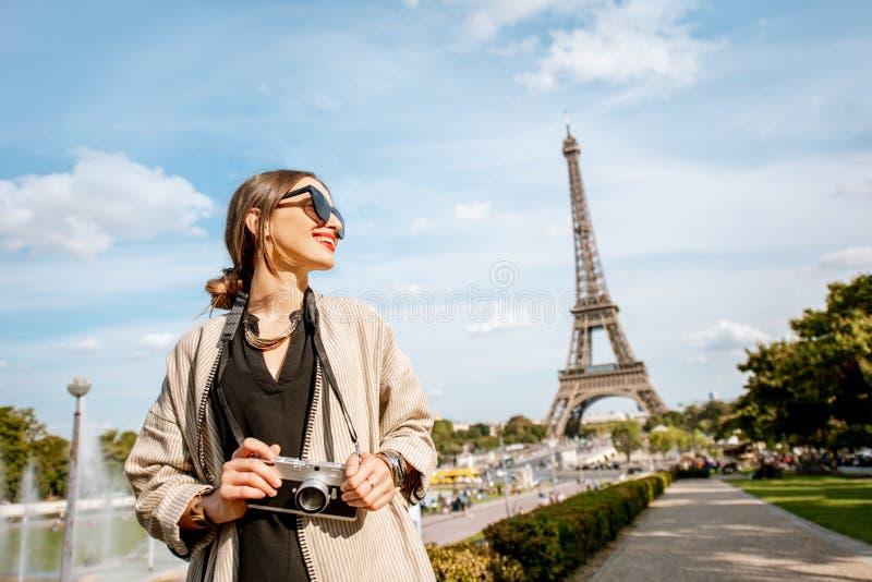 Женщина touristnear Эйфелева башня в Париже стоковое фото rf