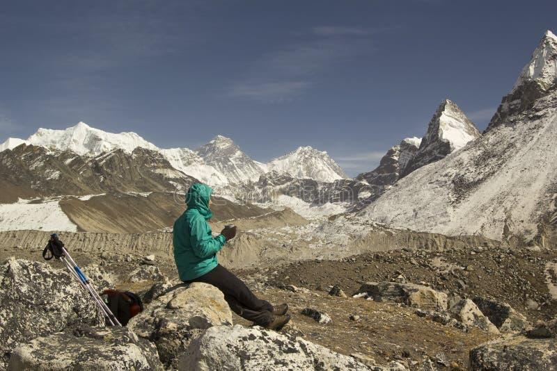 Женщина Trekker сидя с чашкой чаю на камне и наслаждаться стоковые фотографии rf