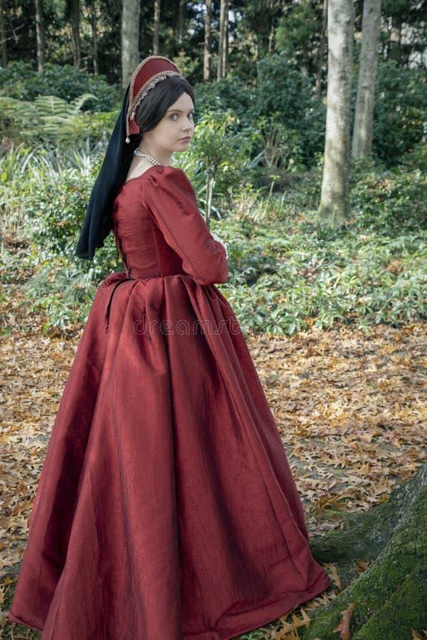 Женщина Tudor в красном платье стоковые фотографии rf