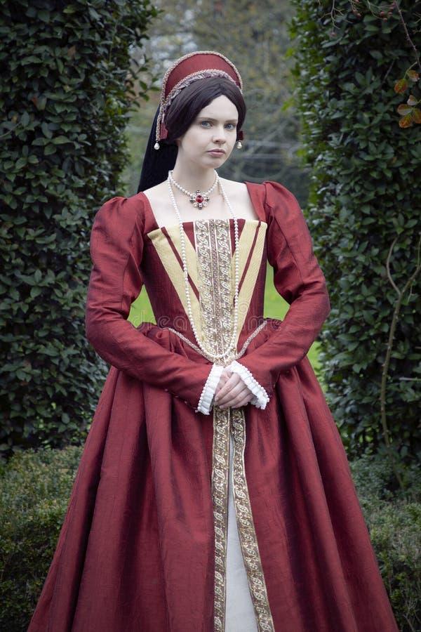 Женщина Tudor в красном платье стоковые фото