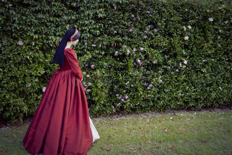 Женщина Tudor в красном платье стоковая фотография