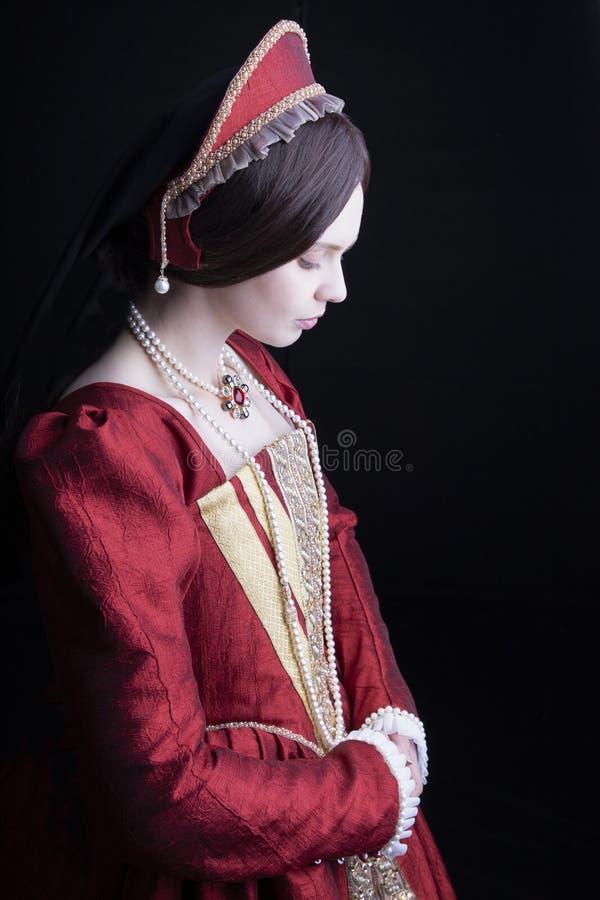 Женщина Tudor в красном платье стоковые изображения rf