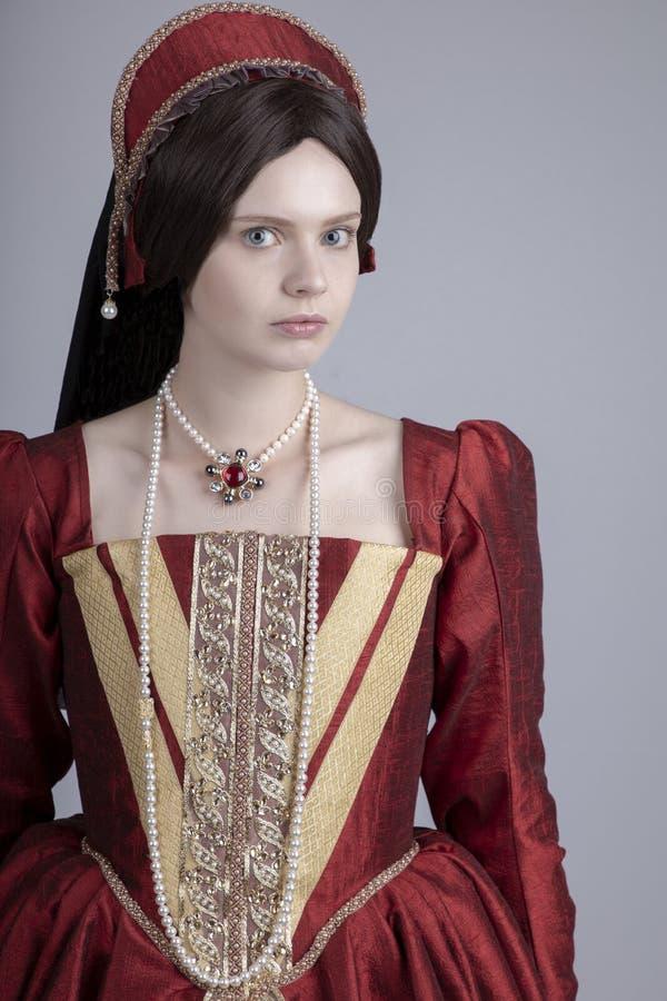 Женщина Tudor в красном платье стоковое фото