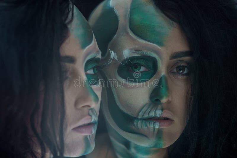 Женщина Yang с составом зеленого черепа на хеллоуин Портрет ужасного черепа стоковые фотографии rf