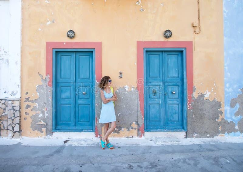 Женщина Yound белокурая на типичное греческое традиционном стоковое изображение