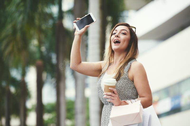 Женщине нужно такси стоковое фото
