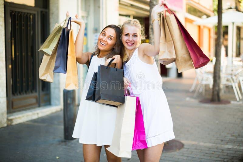 женщины ¿ ï» идя с хозяйственными сумками стоковые изображения rf