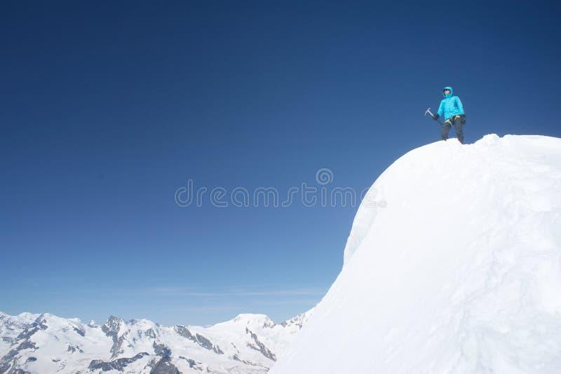 Женщины альпиниста на саммите стоковое фото rf