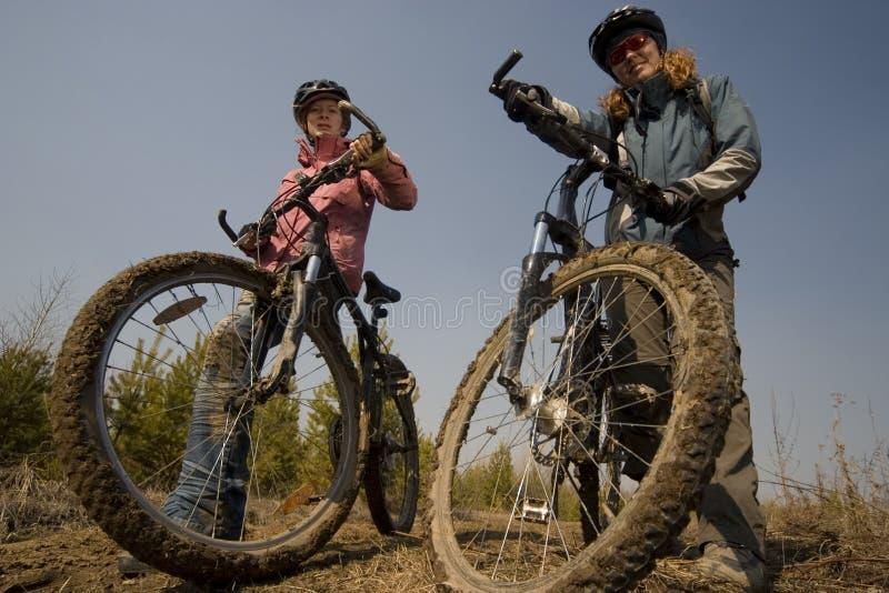 женщины велосипедистов стоковая фотография