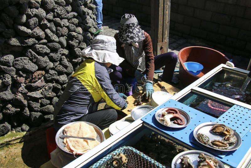 Женщины-водолазки перерезали морской улов в деревне Хаэньё Дайвер Деревня Сонсан Ильчубонг Парк , Остров Чеджу, Южная Корея стоковые фотографии rf
