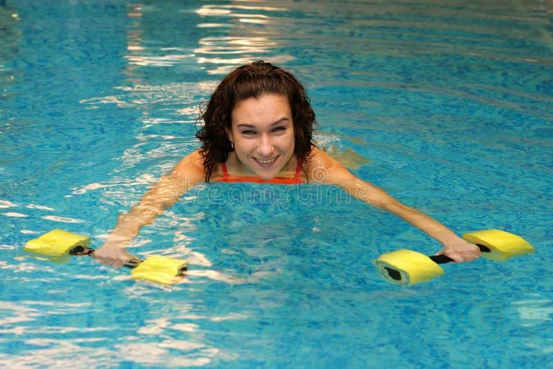 Download женщины воды dumbbels стоковое фото. изображение насчитывающей задий - 6857210