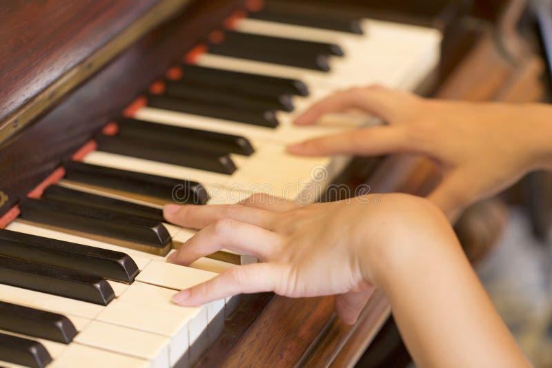 Женщины вручают играть античную классику рояля стоковые фотографии rf